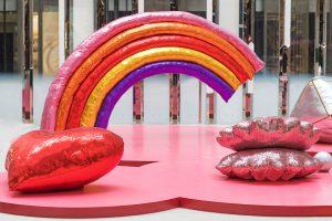 Noël 2017- L'installation «Lucky charms» représentant des formes textiles scintillantes et colorées, envahit l'espace de l'atrium.