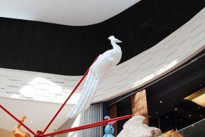 Noël 2017- L'installation «Lucky charms forest» présente des sculptures en textiles sur une structure rouge chromée figurant un arbre de Noël moderne. Les animaux fabuleux se mêlent aux porte-bonheurs européens et chinois pour attirer la chance et le bonheur dans L'AVENUE.