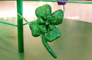 Noël 2017- Les créations d'Emilie Faïf combinent la tradition de la couture et de la recherche du tissu parfait, au design modernisé de formes et représentations communes. «Lucky charms tree» – sculptures textiles sur structure verte chromée.