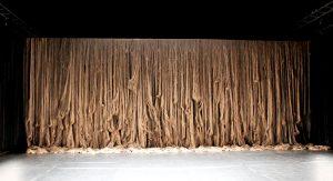 Février 2017 – Un rideau monumental de cheveux, à la fois inquiétant et vivant, symbolise la femme tout aussi sauvage qu'émancipée.