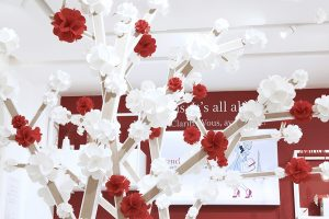 These hearts get assembled in a second animation to become red and white flowers growing on a geometric tree in the make-up zone, right in the middle of the boutique.