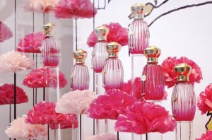 Following on from the scenography created at the Annick Goutal House -104 avenue des Champs Elysées – for the press launch of the eponymous fragrance, these windows are a testament of harmony with the perfum's tones : light, flowery and colourful !