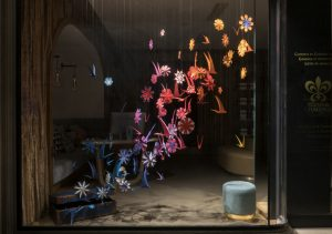 Spring 2018 – Paris Relais & Châteaux boutique. The installation is a beautiful eye-catching colour scale which offers, in a closer vision, tons of refreshing details…