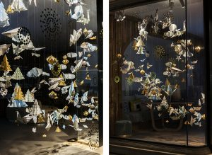 Winter 2017 – Relais & Châteaux's – Christmas' windows. Gold meddles with the maps, giving the whole installation a festive effect.