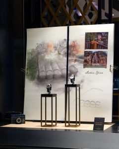 Autumn 2017 – Vacheron consTanTIn – Overseas tour – Scenery of windows of the international network.We follow the peregrinations of Steve McCurry all around the world, leafing through a giant travel diary spreading across the windows, showing impressive and enchanting landscapes sketched by the Soline d'Aboville's studio Many Many. Photo © ByB