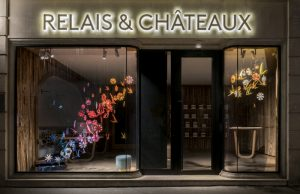 Spring 2018 – Paris Relais & Châteaux boutique welcomes the Spring arrival with a colorfull flight of swallows and flowers. Entirely hand-made out paper.