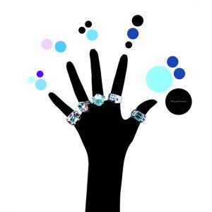 Les silhouettes noires  portent les bijoux avec élégance et modernité.