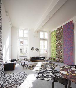 Mise en scène de géométries vertigineuses, d'Ich&Kar envahit l'espace du sol au plafond <p>et décline ses créations pour toute la maison.</p>
