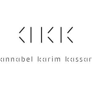 Ich&Kar dessine l'identité visuelle de Annabel Karim Kassar comme une grammaire visuelle en «segments» s'inspirant des outils premiers de l'architecte: la ligne et l'angle. Segments droits et segments à 45° composent le monogramme AKK: un monogramme réversible. Des bâtonnets – forme simple et primitive par excellence – permettent un jeu recto-verso.  Le nom Annabel Karim Kassar s'inscrit dans la même logique, pure, simple et élégante.