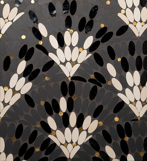 Mathilde Jonquière présente ses pièces sur le thème des Plumes Blanches et Ecailles Noires <p>composées de gré cérame, d'émaux de Venise et de tesselles d'or. «Grandes écailles». </p>