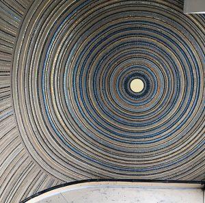 A l'occasion d'un projet de création d'intérieur à Melbourne, Mathilde Jonquière dessine une fresque murale de 25m2 pour la salle de bain principale d'un appartement. L'inspiration de cette mosaïque en pâte de verre, grès cérame, tesselles d'or et ronds de métal en laiton satiné, vient des « Dreaming » signifiant les mythes du rêve.