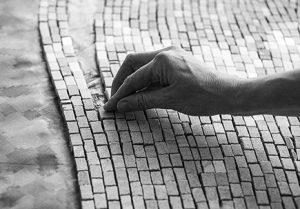 Cette polyphonie chromatique aux tonalités aquatiques et minérales  (Antigua, Cipollino, Laguna et Ming) a inspiré à Mathilde Jonquière une mosaïque empreinte de  fluctuations, qui se prête aux dégradés évolutifs et qui exprime une véritable fluidité.