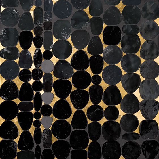 «Écailles noires» : émaux de verre artisanal noir et bronze taillées de forme organique, grès cérame noir et tesselles d'or jaune Vénitienne 24 carats.
