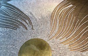 Le choix du marbre pour représenter cette fluidité participe du projet de Mathilde Jonquière, de sa recherche pour transcender la  matière, la détourner : le marbre immobile, rigide et dur comme la pierre s'anime soudain dans ce dessin, se pare de lumière, se met à onduler et décline les différentes couleurs du soleil levant.