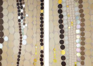 La lumière naturelle émanant de la verrière illumine cette métaphore du ruissellement. Les matériaux tels que la pâte de verre, le grès cérame, les tesselles d'or jaune et blanc mettent en valeur des mouvements légèrement ondulés, véritable invitation à la méditation.