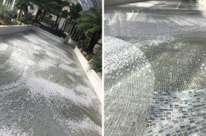 Création par Mathilde Jonquière d'un sol en mosaïque de marbre vert. «(Dans mon travail, j'utilise) des pâtes de verre, des grès cérame, des émaux vénitiens artisanaux, des marbres, des tesselles d'or… J'aime ces matériaux précieux qui captent cette lumière du jour ou de la nuit. J'essaye également de développer de nouvelles techniques d'assemblage entre des matériaux différents pour créer des contrastes (…).