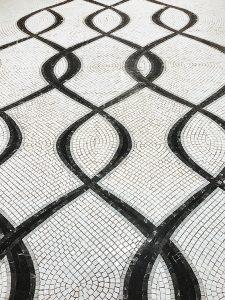 Des tesselles de marbre venant de carrières italiennes ont été découpées, collées et posées à la main sur le sol de cet immeuble logé au coeur d'un écrin architectural prestigieux. Photo © Thierry Favatier.
