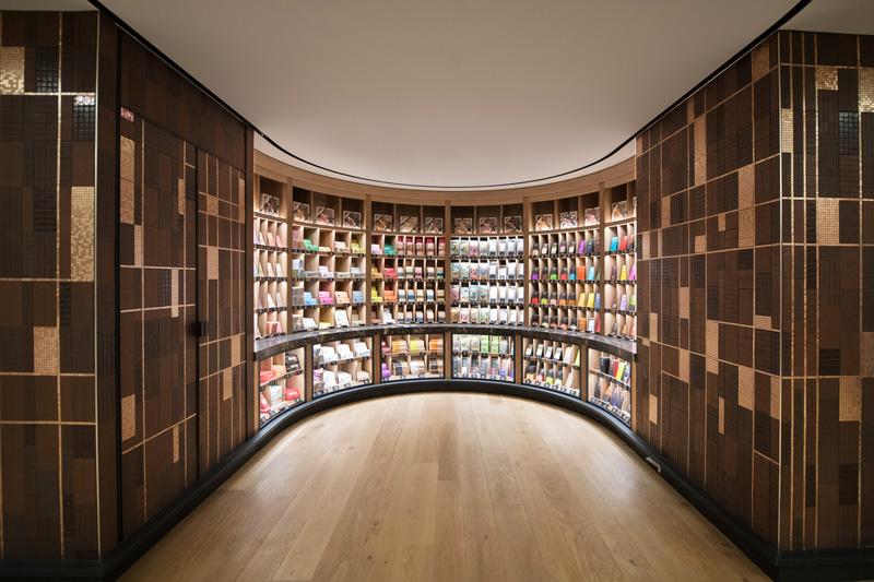 Les mosaïques de céramique signent et unissent entre eux les principaux ateliers de spécialités : la Poissonnerie, la Pâtisserie, la Boulangerie et la Chocolaterie. La Chocolaterie.