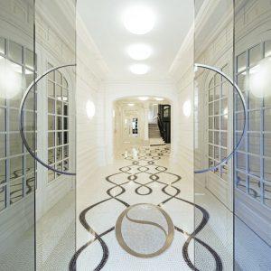 Groupama Immobilier confie à Mathilde Jonquière la création originale d'un sol en mosaïque sur mesure pour le hall d'entrée d'un immeuble Haussmannien rue Boudreau dans le 9e arrondissement. Photo © Thierry Favatier.