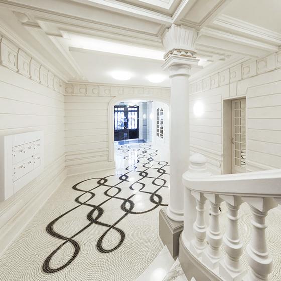 L'agence Arte Charpentier souhaite célébrer le site parisien d'exception « Cercle Opéra » en confiant à des artisans français le soin de le mettre en valeur. Mathilde Jonquière révèle l'essentiel de l'identité sophistiquée avec une mosaïque graphique stylisée.