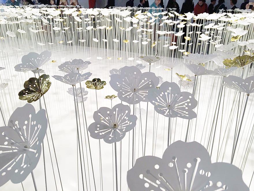 Inauguré le 7 décembre, l'installation est visible jusqu'à la fin du mois de janvier sur rendez-vous au show room de Procédés Chénel, 70 rue Jean Bleuzen à Vanves. Les fleurs développées pour ce projets appartiennent à une collection de fleurs désormais disponible à la demande.