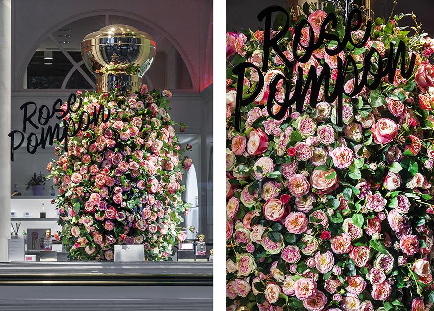Le 3e chapitre Rose Pompon met l'accent sur l'ingrédient prédominant du parfum, la rose : surdimensionné, le flacon iconique de la Maison est recouvert de roses plus vraies que nature, attirant les regards des passants. Photos © Géraldine Bruneel.
