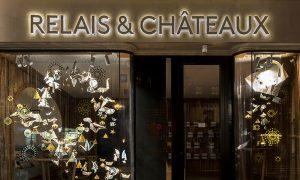 Hiver 2017 – Relais & Châteaux – Vitrines de Noël – Boutique avenue de l'Opéra à Paris. Dans la continuité des vitrines d'automne, Soline d'Aboville met en scène la magie de Noël dans un tourbillon d'origamis. ©Géraldine Brunel