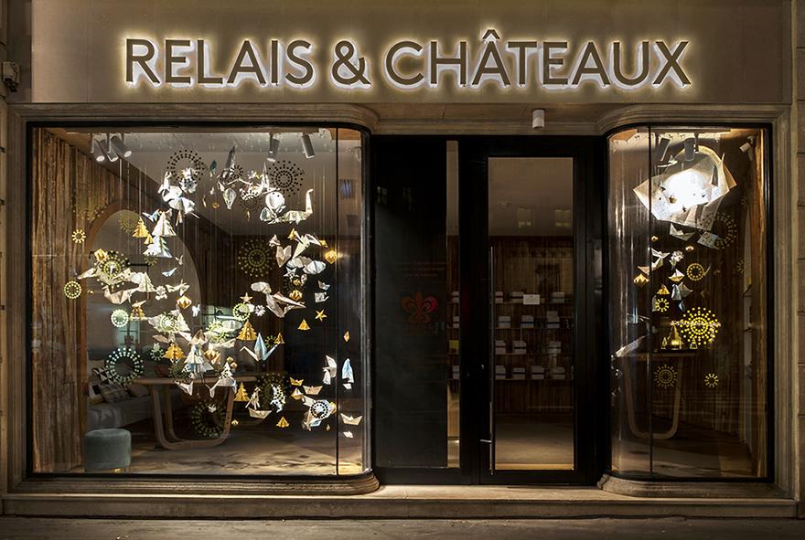 Dans la continuité des vitrines d'Automne de la boutique Relais & Château, Soline d'Aboville met en scène la magie de Noël dans un tourbillon d'origamis.