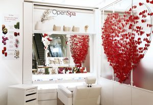 Juillet 2017 – CLARINS – Make-up Tree – Animation de l'Open Spa, Printemps Haussmann, Paris. Tout d'abord, un grand coeur rouge, constitué de 650 petits coeurs de papier, semble s'envoler derrière les hôtesses d'accueil.