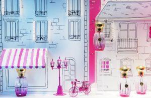 Août/Septembre 2016 – ANNICK GOUTAL – Balade à Paris – Décors de vitrines, réseau international. Illustré de manière poétique et ludique, Paris devient le théâtre d'un ballade de la tour Eiffel au parc Monceau en passant par Saint Sulpice et la place Vendôme.