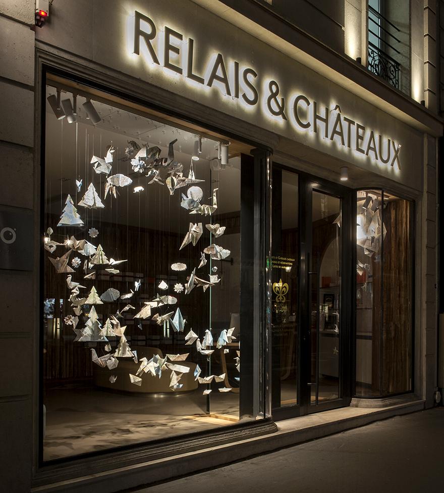 Tandis qu'en octobre tourbillonnent les feuilles, Soline d'Aboville crée une voltige d'origamis pour saluer l'arrivée de l'automne 2017 chez Relais & Châteaux avenue de l'Opéra à Paris.