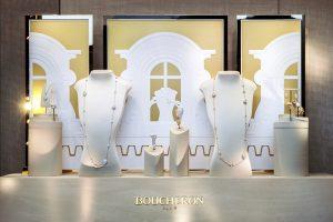 Printemps 2016 -Boucheron – Mains de lumière – Décors de vitrines du réseau international. L'ensemble des décors met en scène la collection de Haute Joaillerie au coeur des ateliers de la Maison installés sur les toits du 26 Place Vendôme.