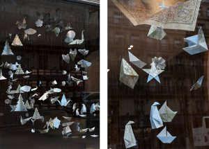 Automne 2017 –  Relais & Châteaux – Décor de vitrines de la boutique avenue de l'Opéra à Paris. Réalisées avec des cartes géographiques de l'IGN, ces dizaines de figures animales et végétales, ludiques et fantaisistes proposent un voyage aux quatre coins du monde à travers le réseau des Relais & Châteaux.  ©Géraldine Brunel