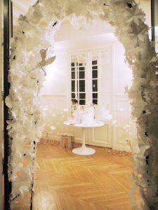 2017 – CLARINS Séminaire – Edition limitée » Fleurs Banches «. Soline d'Aboville créé l'événement au Séminaire International Clarins de 2017 en réalisant une scénographie toute blanche basée sur 450 fleurs en papier aux Salons Hoche à Paris.