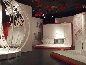 Avril-Octobre 2010 – Louis Vuitton – paris 1867 – shanghai 2010 – scénographie de la rétrospective Louis Vuitton à shanghai. Guidé par des fleurs en origami suspendues, on y croise la Tour Eiffel, l'Orient Express, ou différents pavillons de Louis Vuitton en pop-up géants. Le visiteur découvre à quel point l'histoire de la Maison Vuitton est liée à l'activité culturelle de son temps.