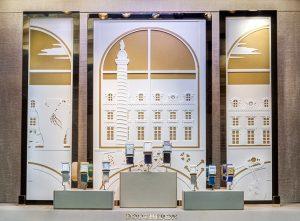 Printemps 2016 -Boucheron – Mains de lumière – Décors de vitrines du réseau international. Disposés en triptyques, des cadres dorés accueillent ces cycloramas de papier blanc immaculé, contrastant avec les éclats des pierres et d'or des bijoux.