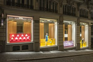 2017- Ces décors de vitrine nous emmènent au marché : les soies deviennent des épices, les accessoires poussent au rayon plantes d'appartement, les chaussures grillent dans une rôtissoire et les ceintures se glissent dans un véritable cabinet de curiosité ambulant.