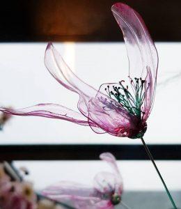 William Amor – Work in Progress – Hong Kong / William Amor créé une installation florale suspendue de 13 mètres de haut réalisée à partir de plastiques recyclés. Il réhabilite des matériaux délaissés par la biais de traitements destinés aux matériaux «nobles», leurs redonnant ainsi vie et révélant leur potentiel esthétique. Fleur réalisée avec des bouteilles en plastique.