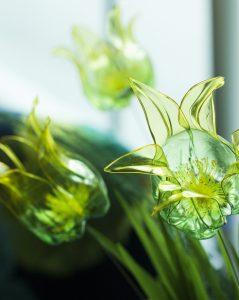 Création de tulipes «Pet plastic bottle». Artiste upcycling.