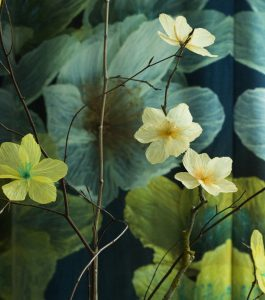 Clematis Petroliferus 'Citron vert' et 'Peach Blossom'. Artiste upcycling