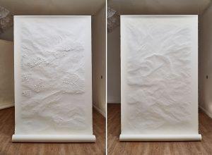 Angèle Guerre, plasticienne, 2019, «Tendre Texte», dimensions 1m35 x 2m50. Papiers incisés au scalpel. Tendre texte reproduit instinctivement des gestes immémoriaux. Tailler, couper dans la masse, piquer, ce sont aussi des gestes de couturière, de relieur ou de boucher : un travail de manutention précis, celui de l'écrivain aussi. Le dessin s'aborde comme un artisanat où s'invente une écriture.
