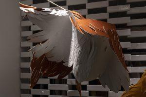 Angèle Guerre, artiste plasticienne, septembre 2020, «La chute suspendue», installation inspirée du mythe d'Icare, boutique Shang Xia, Hermès Group, 8 rue de Sèvres, Paris. Les peaux se donnent à voir « au-dessus comme au-dessous », ou en chinois : « Shang Xia ». détails © Jacques Philippot