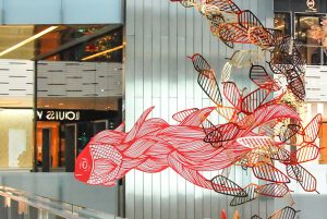 Noël 2017 – Installation suspendue de Cerise Doucède à Shanghai. Magical Christmas at L'AVENUE MALL – These feathers bring along Moyoshi's fantastic animals such as the winged reindeers, the flying fish and the phoenix.