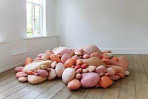 Emilie Faïf, plasticienne, 2017, exposition des œuvres « Spermatozoïdes » et « Mamelles », Festival d'art de Watou, Belgique. L'occasion de redécouvrir « Spermatozoïdes » et « Mamelles », deux installations singulières et organiques d'Emilie Faïf, présentées ici dans des espaces épurés et domestiques.