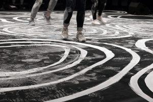Octobre 2017 - SPECTACLE LET'S FOLK! – En collaboration avec la chorégraphe Marion Muzac. Les motifs ornementaux, dessinés au blanc de Meudon traditionnel, permettent de mettre en tension la danse dans sa durée. Au fil des pas, les dessins s'estompent pour créer une nouvelle géographie, témoignage de la force et de la beauté de ces rencontres collectives et humaines.