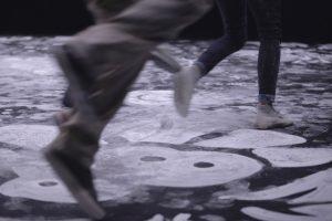 Octobre 2017 – En dessinant à même les tapis de danse, la plasticienne Emilie Faïf met en valeur la notion de territoire, d'encrage au sol et aux cultures dont s'inspirent les danses populaires. Les motifs ornementaux, dessinés au blanc de Meudon, méthode simple et traditionnelle, permettent de mettre en tension la danse dans sa durée. Photographie © Edmond Carrere.