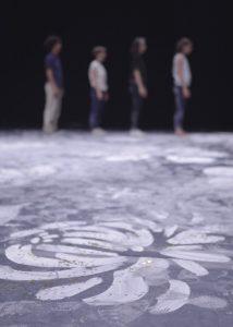 Octobre 2017 – Au fil des pas, des rondes et des trajectoires des danseurs, les lignes vont se brouiller et les dessins s'estomper pour créer une nouvelle géographie, témoignage de la force et de la beauté de ces rencontres collectives et humaines. Photographie © Edmond Carrere.