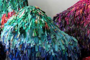 Printemps Haussmann – Fête du Printemps 2019. Le travail textile d'Emilie Faïf s'oriente à cette occasion sur la réutilisation de languettes de tissus qui constituent la matière première de ces sculptures. Du 4 avril au 9 mai 2019.