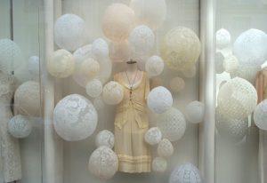 Emilie Faïf, plasticienne, 2005, installation «Dentelles» pour les vitrines d'Isabel Marant, Paris. Dimensions : 300 x 200 x 150 cm.