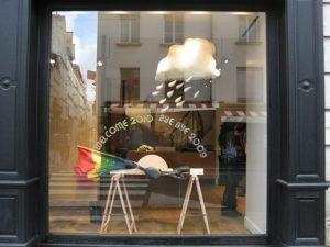 Emilie Faïf, plasticienne, 2010, installation «Arc-en-ciel», Paris.